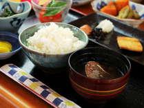 【朝食一例】女将の手作り和食は地元の野菜を使用。運が良ければ女将の手作り野菜も食べれるかも!?