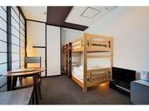 木製二段ベッドは一人旅でもゆっくりくつろげます