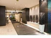 玄関ホテルのイメージカラーである黒を基調にしたデザイン