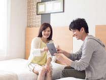 お部屋には無料でご利用いただける有線LAN、無線Wi-Fiが通っています。