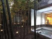 露天風呂は趣のある竹林に囲まれている(すずらん・はまなす)