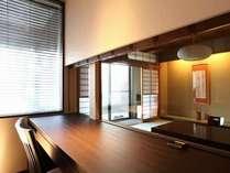 【かたくり】スタイリッシュなベッドルームからガラス越しに和室を望む