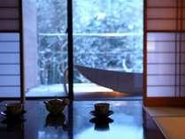 外の景色を眺めながら頂くお茶もまた美味