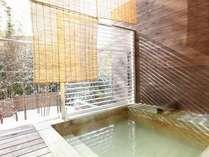 【ざぜんそう】バルコニーに備え付けの露天風呂は2人で入れるほど