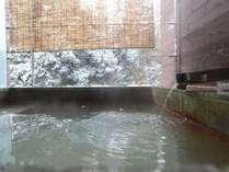 【すすき】バルコニーに備え付けの露天風呂では気兼ねなく温泉をお楽しみいただけます。