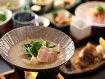 【朝食】朝から温まる小鍋もご一緒にどうぞ。