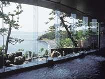 【眺望の湯】大きな窓からは錦江湾を一望できます。