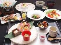 夕食は和洋会席料理を1品ずつお出し致します。