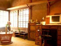 館内には無線LANが使用可能なネットルームがあります。陶器や花などが飾られ、ギャラリーのような雰囲気。