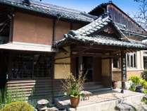 元々「個人別荘」だった当館。 一瞬にして、昭和初期へとタイムスリップした気分を味わえます。