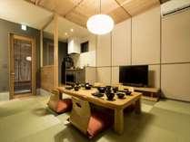 リビングルームでゆっくりとお過ごしいただけます。テレビの設備もあり、奥にはキッチンもございます。