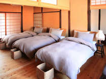 2F/寝室シングルベットが5台。おこさまの為に背の低い2段ベットのご用意もあります。
