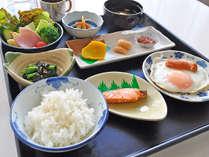【朝食の一例】一日の始まりはバランスの取れた朝食で