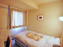 【新館シングルルーム】一日の疲れを癒すパステルカラーの落ち着いた客室。