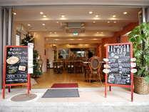 24時間オープンの開放的なカフェ