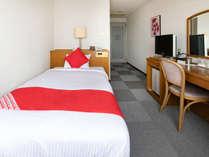 〈シングルルーム〉お部屋は、とても明るい空間となっており、第二のお家のようにご滞在をお楽しみ頂けます