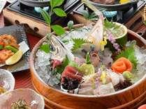 日本海の海の幸ふんだんのお刺身オケ盛り会席はカップルに人気