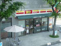 富士市で唯一コンビニ併設のホテル。1Fコンビニ「ニューヤマザキデイリーストア」6時から24時まで営業