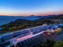 駿河湾と富士山を望む10棟の離れには専用露天風呂がつく。各棟それぞれに趣の異なるこだわりの宿
