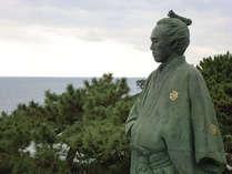 桂浜の坂本龍馬像。桂浜公園には坂本龍馬記念館も見学のポイントです。