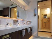 各フロアに化粧室&シャワー室完備