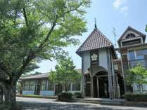 【外観】可愛い玄関が印象的な学校リノベーションしたゲストハウス