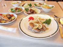 夕食一例 ボリューム満点の日替わり料理をご用意いたします。