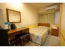 LAN回線全室完備で出張にも便利!ベッド幅110センチのゆったりサイズ♪/客室一例