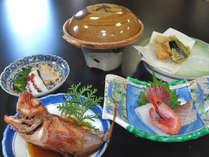 【夕食一例】その日水揚げされた魚介類や自家製野菜など盛りだくさんでお届け致します