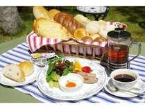 手作り焼きたてパンと季節の食材を使ったフレッシュな朝食