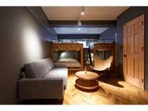 広々したリビングスペースとデザイナーズ家具。家族やお友達と、非日常リトリート(02)