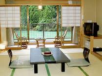 【和室一例】全室の窓から湖と山々がご覧いただけます。深い緑に癒されるひと時を…