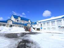 白い壁と青い屋根が特徴のふるさと。