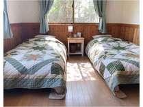 ベッドはワイドシングルベッドで、シングルよりも幅広く快適にお過ごしいただける広さとなっております♪