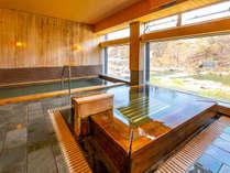 檜風呂は大浴場とジャグジーバスの2タイプがございます。渓谷を眺めながらご入浴が楽しめます。