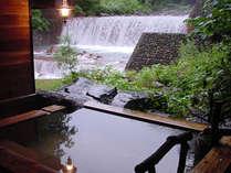 貸切露天風呂やわらぎ 滝に面した解放感あふれる露天風呂。先着予約制無料でご利用頂けます。