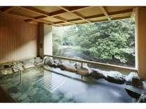 大人気の大浴場露天風呂です♪すぐ下には川が流れており、魚も見えます♪