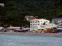 目の前は青い海。夏はファミリーを中心とした海水浴客、夏を過ぎるとダイビングのお客様も