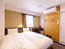 【客室】15平米・ツインルーム。90cm幅のベッドを二台設置。(一例)