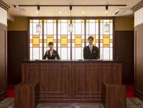 【フロント】レトロモダンなデザインの館内。スタッフがお出迎え致します。(一例)