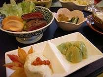 「赤城牛ステーキ」など自慢料理をお召し上がりください。(お料理一例)