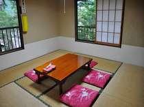 角部屋の本館和室8畳。2ヶ所窓があって開放感も◎