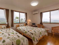 2階のツインルーム。1棟は4LDKの造りで8名様宿泊可能。右奥に見えるのは瀬底島。