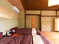 1階リビング兼寝室●ブラインドを開けると明るい光が差し込みます。