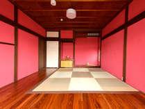 2階リビング兼寝室●朱を基調とした、モダンなリビング兼寝室です。