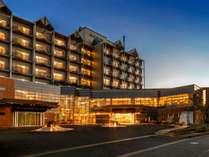 【外観(夜)】清流・三隈川の中州に佇む河畔の温泉ホテル