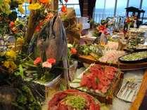黒毛和牛、カニ、刺身、寿司にスイーツなど全50種が食べ放題!/夕食一例