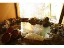 客室露天風呂は岩風呂です