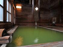 野趣あふれる3種の湯船は国内でも数少ない翡翠色の湯