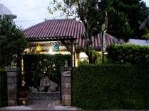 赤瓦家屋と緑の庭。閑静な場所で、ゆったりとした石垣島を味わってください。